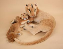 Lvice ležící s mládětem 90cm (7ks/karton)